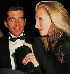 Engagement Band John Kennedy with Carolyn Bessette-Kennedy who is wearing her sapphire and diamond eternity band engagement ring. Photo Getty - And the story behind the alternative style engagement ring Jacqueline Kennedy Onassis, Carolyn Bessette Kennedy, John Kennedy Jr., Estilo Jackie Kennedy, Les Kennedy, Caroline Kennedy, Jaqueline Kennedy, Jfk Jr, Estilo Glamour