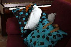 LEAVESHADES Questi cuscini realizzati artigianalmente in pregiati e resistenti tessuti da arredamento abbinati a lini naturali, fanno parte di una serie limitata in cui linee e forme modulano e reinventano le sfumature delle foglie autunnali. Un connubio perfetto per un arredamento romantico o di design, per creare un ambiente accogliente dall'atmosfera raccolta. Nel cuscino piccolo del set la fascia centrale è double-face, per accordarsi di volta in volta ad uno o all'altro colore…