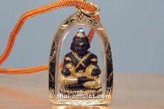 Guman Thong Sombat Thue Thong Ngern Thung Thong Nuea Din Saksit Amulett des ehrwürdigen Luang Phi Namfon (Phra Khru Balad Sitthiwat), Abt des Wat Pailom, vom 20.12.2552 (2009). Das Amulett wurde vom ehrwürdigen Luang Phi Namfon, Abt des Wat Pailom und Sit Aek des ehrwürdigen Luang Pho Poon, am 14.08.2010 um 11:00 Uhr Ortszeit erneut geweiht. Luang Phi Namfon erschuf das Amulett aus heiliger Tempelerde und heiligen Ingredienzien.