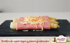 Rollitos de espárragos y jamón gratinados -  Fácil y rápida, asi es esta receta que tiene como protagonistas a los espárragos blancos. Nos parece intereante además porque nos muestra otra forma de presentarlos, envueltos en jamón con mayonesa y queso gratinado. Es una receta templada, perfecta como entrante o cena ligera. No os llevará mas... - http://www.lasrecetascocina.com/2014/06/21/rollitos-de-esparragos-y-jamon-gratinados/