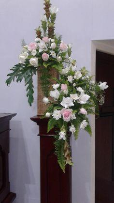 Modern Flower Arrangements, Church Flowers, Cascade Bouquet, Church Ideas, Art Floral, Wedding Flowers, Floral Wreath, Wreaths, Home Decor