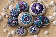 Stone painting - 40 DIY Mandala Stone Patterns To Copy – Stone painting Dot Art Painting, Rock Painting Designs, Pebble Painting, Pebble Art, Stone Painting, Mandala Painted Rocks, Mandala Rocks, Painted Stones, Stone Crafts