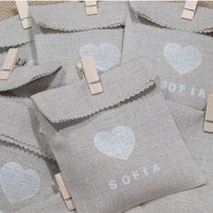 bolsa-de-tela-personalizada-con-pinza. Cruz en vez de corazon. Para guardar souvenir. Mini broche de madera.