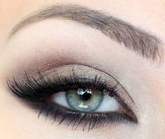 A simple smokey eyes in black, taupe gray and silver