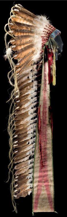 Головной убор, предположительно Сиу. Период 1910. Длина со шлейфом 172 см. Приобретен в 1980-х в частной немецкой коллекции. Такой тип г. у. часто встречается после 1900 гг. Binoche et giquello. Декабрь 2013.