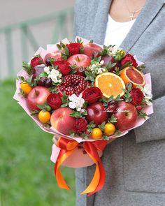 Candy Bouquet Diy, Food Bouquet, Flower Bouquet Diy, Edible Fruit Arrangements, Edible Bouquets, Ikebana Arrangements, Fruit Flower Basket, Fruit Presentation, Deco Fruit