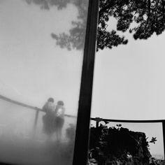 «Japon, Atami», 1994. «Dans cette photo, je veux montrer l'équilibre entre le réel et l'imaginaire. Je suis dehors et le monde est devant moi. Avec mon imaginaire, je fais une fusion des deux. La barre au milieu symbolise cela, à droite c'est le réel et la gauche, on ne sait pas bien où on est. Pour moi, c'est cela la photographie.»