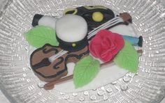 Yo-kakkukoriste maustettuna ylioppilaan harrastuksilla toivomuksen mukaan.