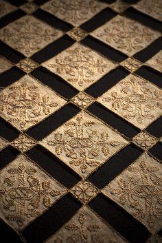 Copricuscino, Italia sec. XVI. Tela di lino. Ricamo: punto scritto con punto indietro, punto cordoncino in seta. Pillow cover, Italy 16th cent. Linen cloth. Embroidery: Holbein embroidery with back stitch, whipping stitch in silk. ph @leonardosalvini