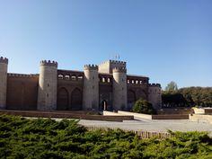 En sus más de mil años de existencia los muros del Castillo de la Aljafería han sido testigos de la historia de Aragón y por sus patios y salones todavía se susurran los cuentos y leyendas que contaban los trovadores a reyes y reinas.