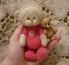 Crocheted Teddy Bear by Bearsnhares ༺✿ƬⱤღ  https://www.pinterest.com/teretegui/✿༻