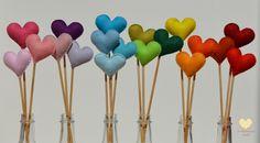 Por aqui, muito amor!!         Um dia colorido e delicioso pra você!!     Corações feitos em feltro.     Facebook  | Contato