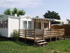 Le Camping 3 étoiles La Pinède se situe à seulement quelques kilomètres de la mer à Grimaud, commune du Golfe de Saint Tropez.