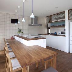 L型キッチンに造作のテーブルをつけた形。L型のキッチンは動線も良く使い勝手もいいですが、広いスペースが必要。うまくとると収納もバッチリとれます。 今回は造作の収納を組み合わせて見せる感じも演出。インテリアとしては照明で、アクセントを。 #注文住宅#住宅#新築#キッチン#ダイニング#照明#収納#無垢材 Condo Kitchen, Kitchen Shelves, Living Room Kitchen, Kitchen Interior, Kitchen Storage, New Kitchen, Kitchen Decor, Open Plan Kitchen, Updated Kitchen