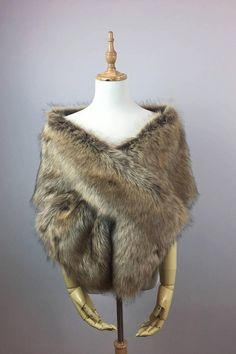 High-quality faux fur bridal wrap, perfect for brides, bridesmaids and events wear. The fur is really soft, the color goes well with all dresses. wear it on arms. wear it around shoulders, hooks closure. Winter Wedding Coat, Wedding Fur, Wedding Wraps, Wedding Shrug, Wedding Ideas, Elegant Wedding, Wedding Planning, Dream Wedding, Faux Fur Stole