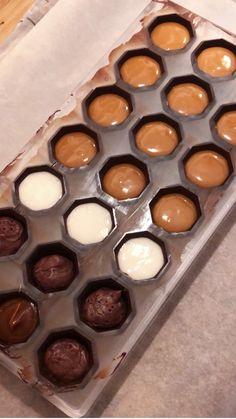 I Love Chocolate, Chocolate Blanco, Chocolate Shop, Homemade Sweets, Homemade Chocolate, Fancy Desserts, No Bake Desserts, Cake Recipes, Dessert Recipes