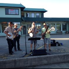Billy Hillpicker Band getting the crowd all het up at the Sechelt Night Market