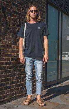 Street Style Photographs by FashionBeans: Josh Surfer Outfit, Surfer Hair, Surf Style Men, Surfer Style, Men's Street Style Photography, Photography Tips, Birkenstock Outfit, Trendy Outfits, Fashion Outfits