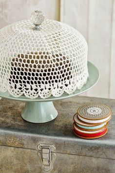 DIY Crocheted cake dome tutorial and pattern - just wow.DIY: Lace cake dome made by stiffening lace over a bowl - DIY crafts project idea.crochet cake dome Display your cake creations under a handmade coverDIY: crocheted cake dome going away gift for Doilies Crafts, Lace Doilies, Crochet Doilies, Crochet Cake, Crochet Bowl, Free Crochet, Crochet Jar Covers, Deco Boheme Chic, Doily Art