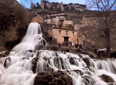 cascada de Orbaneja del Castillo Real Castles, Photo Reference, Spain Travel, Places To Go, Beautiful Places, Waterfall, Around The Worlds, Ebro, Outdoor