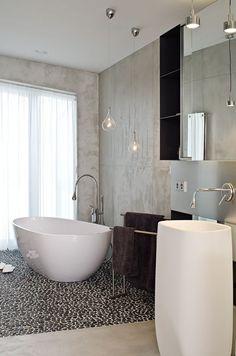 reforma baño con lavabo de diseño, bañera exenta con suelo de cantos rodados, paredes acabado microcemento. presupuestON.com