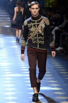 Dolce & Gabbana Fall 2017 Menswear Fashion Show Collection: See the complete Dolce & Gabbana Fall 2017 Menswear collection. Look 16 Milano Fashion Week, Milan Fashion, Daily Fashion, Mens Fashion, Dolce And Gabbana 2017, Versace, Glamour, Fashion Show Collection, Men's Collection