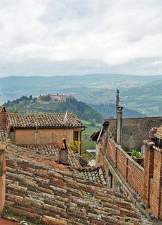 Dal Centro storico di una delle più belle città d'italia TODI affacciati sulle colline Umbre..