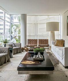 Carlos Alexandre Dumont já havia morado neste apartamento. Depois de uma temporada longe, decidiu voltar e trouxe seu estilo elegante aos espaços