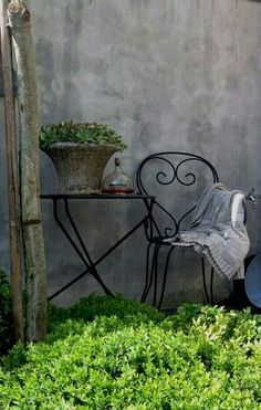 Gorgeous garden space in its rustic simplicity. French Country Cottage, Vintage Country, Country Farm, French Farmhouse, Blue Garden, Colorful Garden, Adele, Grey Gardens, Garden Features