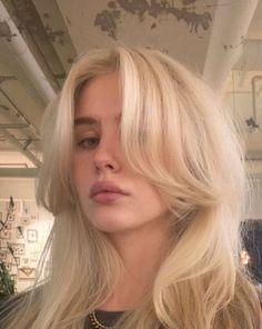 90s Grunge Hair, Short Grunge Hair, 70s Hair, Blonde Hair Looks, Brown Blonde Hair, Blonde Hair Bangs, Blonde Hair Girl, Blonde Hair Outfits, Light Blonde Hair