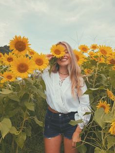Have you ever been to a sunflower field before? It's one of my favorite places to visit during summer. Pictures With Sunflowers, Sunflower Field Pictures, Field Of Sunflowers, Sunflowers Tumblr, Cute Photography, Summer Photography, Creative Photography, Sunflower Feild, Sunflower Patch