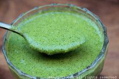 Receita de molho suave e cremoso de jalapeño e coentro, feito com jalapeños frescos, coentro, alho, suco de lima e azeite de oliva.