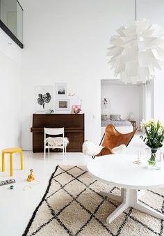 Tässä kodissa kuullaan elämän ääniä ja musiikkia. Hanna sai pianon ollessaan 5-vuotias. Pianotuolina toimii mummon vanha, valkoiseksi maalattu tuoli. Pianon yläpuolelle Hanna kerää tauluseinää. Keltainen toistuu kodissa pieninä pilkahduksina, kuten Artekin jakkarassa.