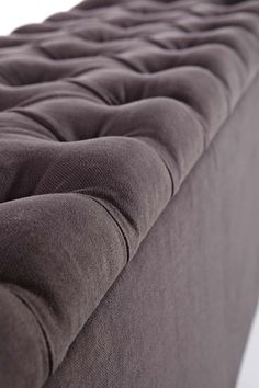 Solhall är en textilklädd sängpall med förvaring. Solhall går att få i 10 olika tygsorter, här har vi valt tyget Lido som är belagt med fleece på baksidan