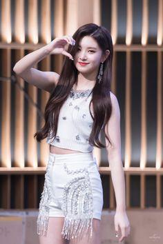 /r/kpics - for all your K-pop picture needs Kpop Girl Groups, Korean Girl Groups, Kpop Girls, Korean Beauty, Asian Beauty, Filipina Girls, Elegant Girl, Mixed Girls, South Korean Girls