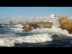 Ouessant : mer puissante avec en arrière plan le phare du Creac'h