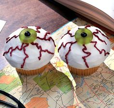Spooky eye ball cupcakes for Halloween! use a gummy life saver and little black candy Halloween Desserts, Halloween Cupcakes, Hallowen Food, Spooky Halloween, Halloween Treats, Happy Halloween, Halloween Party, Halloween Baking, Holiday Cupcakes