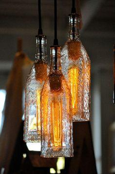 abat-jour-diy-fabriquer-des-abat-jour-avec-des-bouteilles Recycled Glass Bottles, Old Bottles, Decorative Bottles, Liquor Bottles, Tequila Bottles, Plastic Bottles, Diy Bottle Lamp, Bottle Chandelier, Bottle Bottle