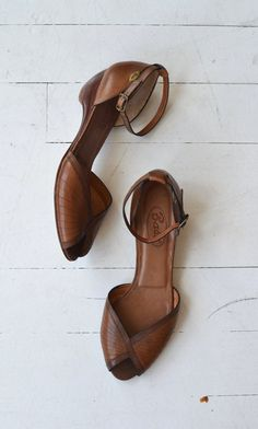 Vintage 1970s Bass dark brown leather sandals with wooden wedge heel, ankle strap and peeptoe. ✂-----Measurements  fits like: us 7.5-8   euro 38-38.5   uk 5-5.5 insole: 10 ball: 3.25 heel: 2 brand/maker: Bass condition: excellent  ➸ more vintage footwear http://www.etsy.com/shop/DearGolden?section_id=5800174  ➸ visit the shop http://www.DearGolden.etsy.com _____________________  ➸ blog   www.deargolden.com ➸ twitter   deargolden ➸ facebook.com   deargolden