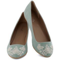 ModCloth Pastel Petal Down the Lane Flat (97 BRL) ❤ liked on Polyvore featuring shoes, flats, shoes - flats, flat pumps, polka dot shoes, floral pattern shoes, green shoes and flat shoes