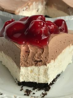 No Bake Black Forest Cheesecake Pie has a chocolate cookie crust with two layers of smooth cheesecake. Top with a spoonful of canned cherry pie filling. Best No Bake Cheesecake, Baked Cheesecake Recipe, Cheesecake Pie, Raspberry Cheesecake, Köstliche Desserts, Delicious Desserts, Dessert Recipes, Pie Recipes, Sweet Recipes