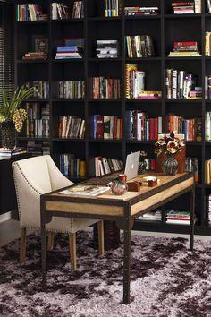 Escritório masculino: dicas para resolver a decoração (Foto: Julio Acevedo) Corner Desk, Bookcase, Shelves, Furniture, Home Decor, Luxury Office, Luxury Houses, Masculine Office, Home Office Design