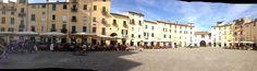 Primera parte de la Piazza del Anfiteatro de Lucca en imagen panorámica...