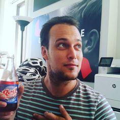 Max-Antoine aime sa région.  Red Champagne #love.  Merci @festivalregard pour le cadeau (le Red Champagne pas Max ) #festivallife #filmfestivals #cinema #officelife #red #office #potd #coms #social #beverage #fcvq2016 #FCVQ #festival #québec #quebeccity #quebec #qcaccent #quartiermontcalm