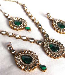 Royal looking Kundan necklace set so perfect for any occasion and any outfit.  Material - Brass, Kundan Mina,  Size: Pendend - 4 inches, Neckless - 20  inches, Thread - 9 inches, Earrings - 4.4 inches.