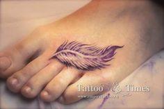 татуировка перышко на ноге