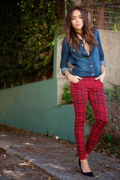 Ashley Madekwe Skinny Jeans: 7 For All Mankind. Denim Shirt: 7 For All Mankind. Red Plaid Pants, Plaid Pants Outfit, Checkered Trousers, Pantalon Tartan, Karohosen Outfit, Look Camisa Jeans, Ohh Couture, Look Jean, Look Blazer