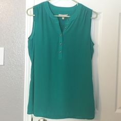 Banana Republic Breezy Blouse Love this teal blouse from Banana Republic! It brings a nice pop of color and is in excellent condition. Let me know if you have any questions. ☺️ Banana Republic Tops Blouses