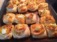 Ζυμαρένια και αφράτα φακελάκια με γεύση πίτσας έκανα σήμερα για τις φίλες μου που ήρθανε να πιούμε καφεδάκι ! Αφράτα και πολύ νόστιμ...