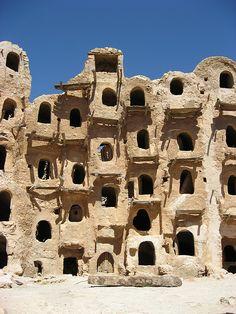 Qasr, Kabaw, Libya | Flickr: Intercambio de fotos Cultural Architecture, Vernacular Architecture, Historical Architecture, Ancient Architecture, Amazing Architecture, Architecture Details, Gothic Architecture, Interesting Buildings, Amazing Buildings